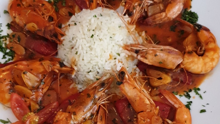 "Prawns in brandi sauce with white rice topping and ""pimiento de piquillo"""